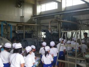 排水機場を見学する児童たちの写真