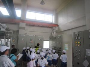 排水機場で説明を受ける児童たちの写真