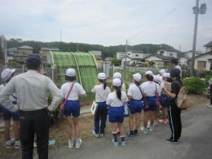 除塵機で説明を受ける児童たちの写真